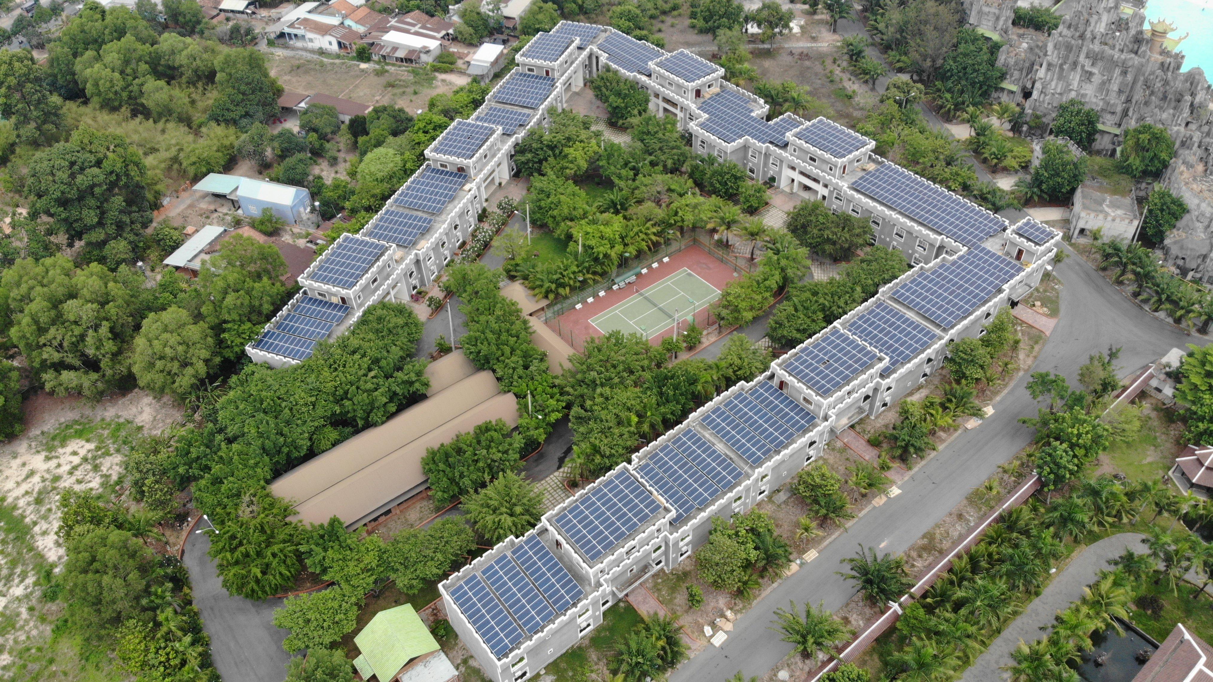 Lợi ích dài lâu với tuổi thọ của tấm pin mặt trời lên tới 30 năm và được bảo hành sản lượng lên tới 25 năm